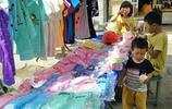 農村媽媽常常帶三個孩子擺攤賣衣服賣菜,既能照顧孩子也能幫補家用,日子過得簡單自在