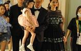 張丹峰一家三口近照曝光,女兒萌態十足,46歲妻子洪欣漂亮如少女