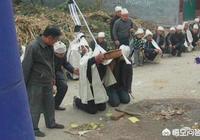 農村有一種風俗,出殯,必須摔瓦盆。如果沒有兒子怎麼辦?