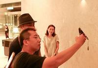 劉青雲攜郭藹明赴臺觀光,盡顯模範夫妻的恩愛與甜蜜