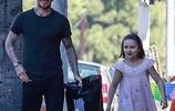 貝克漢姆加州度假帶女兒出街,小七把爸爸腿當足球踢了一腳超可愛