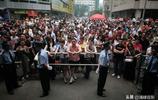 十年北京高考的家長影像實錄,畫面裡只有一個字——愛