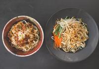 做涼麵的訣竅在於醬汁,川味、麻醬兩種口味,夏天也能吃的飽飽