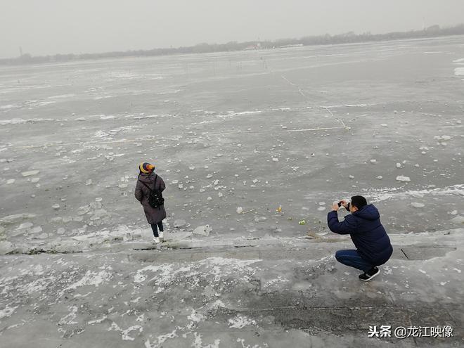 為了拍照不要命了?松花江冰面剛結冰,他們就敢站在上面拍照