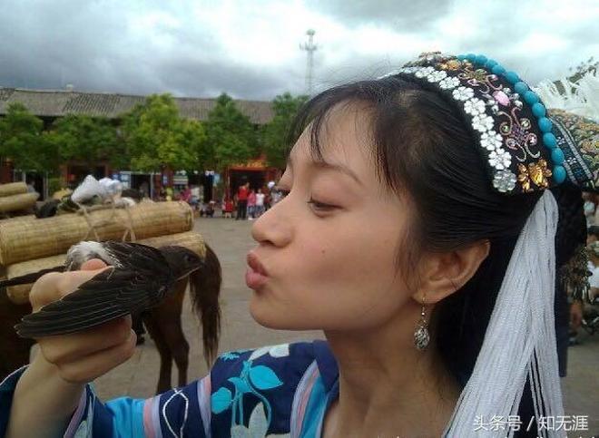 朱亞文老婆沈佳妮瀘沽湖拍攝,身穿少數民族服裝,美的好似一幅畫