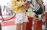 """""""快女""""黃英黃衫配白短褲青春靚麗,與友人熱聊燦笑十分有星範"""