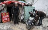 104歲老人住窩棚靠修車謀生,遠在國外的子孫快回來看看吧