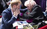 """""""王妃蹲""""又火了,梅根懷孕仍蹲身問候,那位親吻哈里王子的奶奶"""