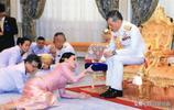 看完泰國王室行禮時的畫面,再看看英國王室行禮,兩者風格迥異