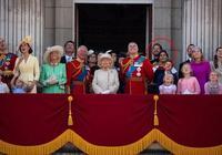 梅根行事風格大變,低調靠邊站向女王行禮,還主動彎腰誇讚小喬治