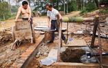 很難見的場景——豫南一戶人家淘土井,十米多深出水,花三千元錢