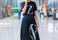 朱丹最新機場街拍,黑色T恤配百褶半身裙笑容滿面,哪裡像37歲