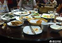 請同事吃飯發現領導也在這家飯店,同事告訴老闆領導的餐費算我們桌的,我應該怎麼辦?