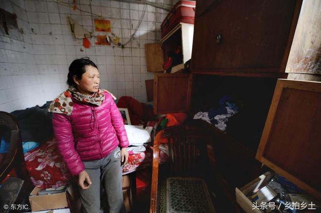 """城市來的農村環衛工,一家五口蝸居廁所10多年,兩女兒住""""男廁"""""""