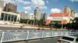 國慶前夕南寧:國旗招展,藍天白雲綠樹成蔭,出城車輛漸多