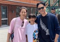 袁詠儀兒子陪媽媽血拼,面對記者禮貌打招呼,插褲兜造型很爸爸範