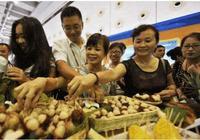 中國遊客去泰國吃自助餐,整個餐廳只挑一種水果,老闆表示無奈!