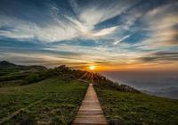 約一個人,爬一座山,等待清晨的第一道曙光!