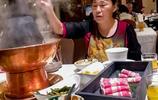 農村大姐辛苦賺錢供女兒讀大學,看看女兒在北京工作如何孝敬媽媽