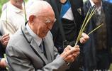 97歲臺灣老兵離家77年返鄉尋親,跪父母墳前流淚,最想吃家鄉臘肉