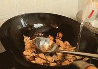 """老媽炒的""""豬肉"""",不用澱粉,只需一招,肉片又嫩又入味!"""