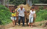 兩位老人撫養8個留守兒童,孩子父母外出打工,老人小孩相依為命
