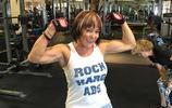 70歲奶奶熱愛健身狂秀肌肉,看似至少年輕十歲!
