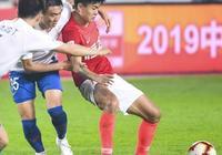 昨晚恆大VS魯能楊立瑜首發U23,且整場只有塔利斯卡1名外援,為何要換上嚴鼎皓?