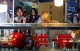 """77歲成都大爺成""""網紅"""",蛋烘糕5元1個,網友千里購買,大爺:不值得"""