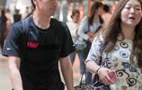 趙又廷現身機場秒被迷妹包圍,邊簽名邊與花裙女子聊得火熱!