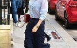 貝克漢姆愛妻穿半透時尚襯衣逛街,維多利亞展示老女人別樣性感
