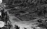 1943年,美軍轟炸新幾內亞日軍野戰機場並拍下照片
