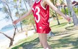 籃球寶貝楊晨晨,一襲紅衣沙灘漫步