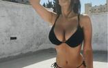 美國女星克拉爾·夏洛·夏洛去海邊度假,很難看出她才17歲!