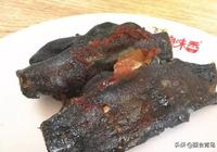 青島這家小店主打海鮮鍋貼,黑色的墨魚鍋貼,看起來醜吃起來香