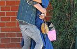 電影《阿凡達》女主-佐伊·索爾達娜和老公在街頭秀恩愛,其實人家已經是3個孩子的母親了