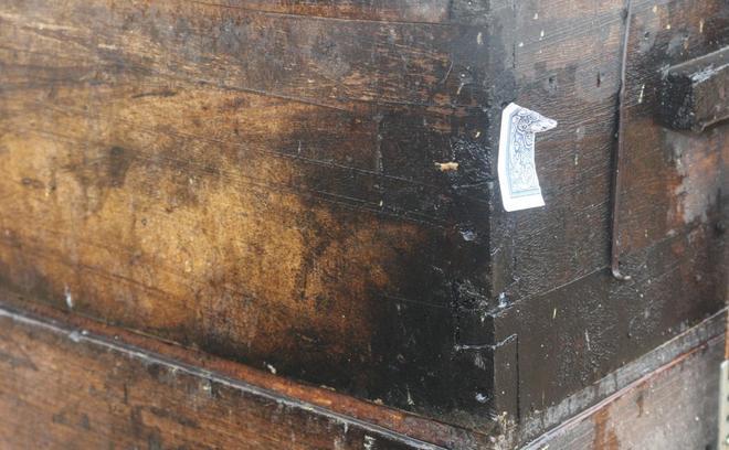 蜂箱上釘撲克牌,蜜蜂也要鬥地主?小夥不解,老蜂農的獨特標記