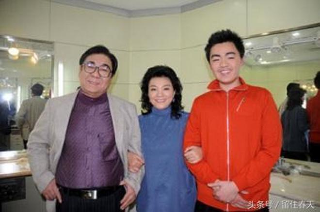 73歲李谷一家人近照,與79歲二婚丈夫合影似母子,前夫兒子有出息