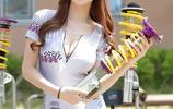 人物攝影:手捧汽車減震器的韓國戶外汽車時尚美女模特