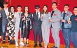 蔡卓妍出席舞臺劇記者會,身穿個性灰色西裝,嚴實穿搭顯優雅氣質