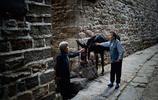 實拍騎在驢背的村莊,專門為驢修路,人碰見驢得躲著