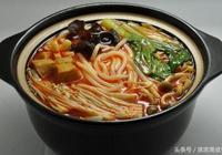 過橋米線中的湯汁和肉醬是怎麼製作的?