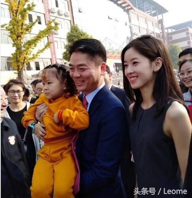 劉強東攜妻子章澤天出席母校校慶活動 恩愛甜蜜