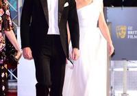 """凱特王妃4穿5千銀色高跟,這次配粉紗裙慘遭吐槽配色像""""五花肉"""""""