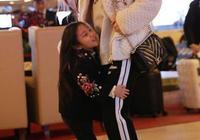 李小璐母子機場時裝秀如親子秀,李湘母子機場秀大寫一個壕