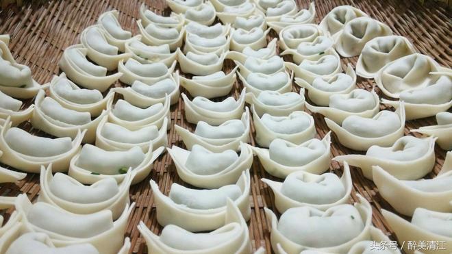 醉美清江:山裡土家人用小韭菜和臘肉做餡擀包面,吃過了還想吃