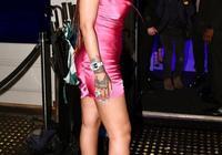 41億身家蕾哈娜'飄'了,穿芭比粉連衣裙也時髦,為自家品牌打call