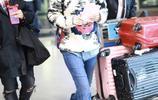 """""""大姐""""劉敏濤一身潮裝現身機場,很喜歡你的戲"""