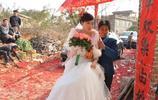 實拍農村婚禮,婚禮上公婆的打扮讓人哭笑不得!