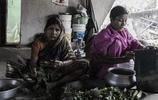 直擊印度貧民窟中人們的生活,沒有像樣的傢俱,再窮也要生孩子